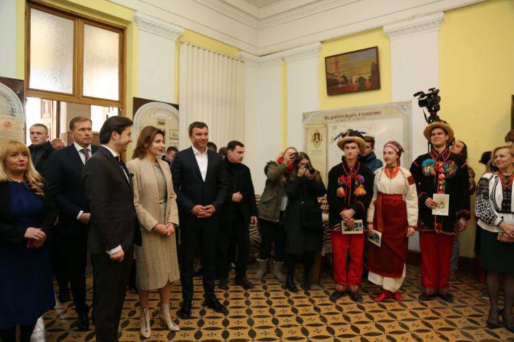 Марині Порошенко показали освітні ініціативи та «Покутські витоки»