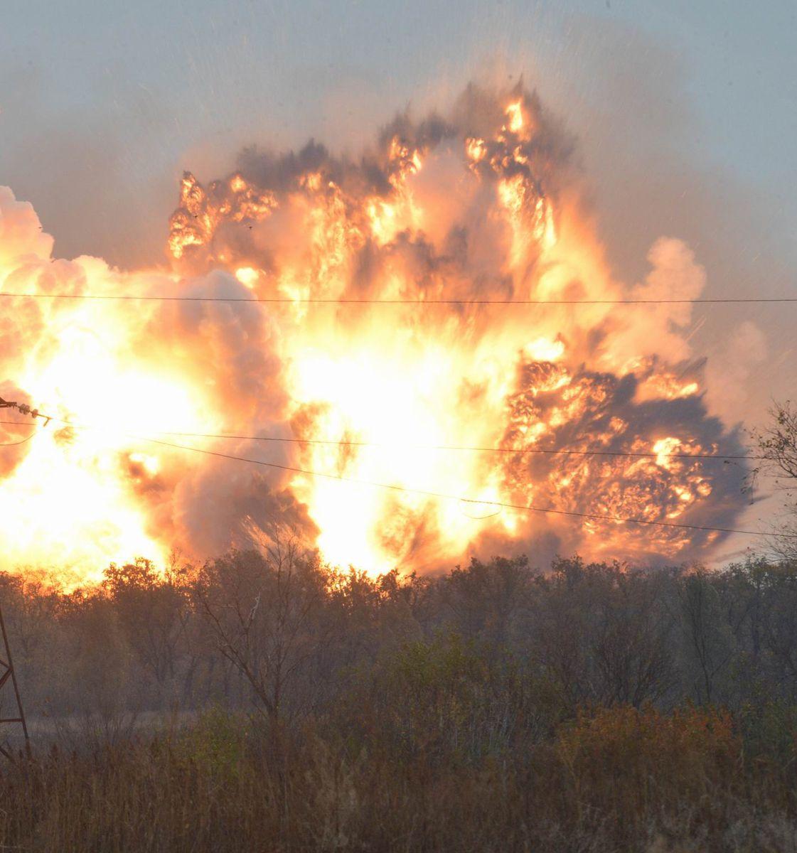 На передовій вибухають важкі артилерійські снаряди