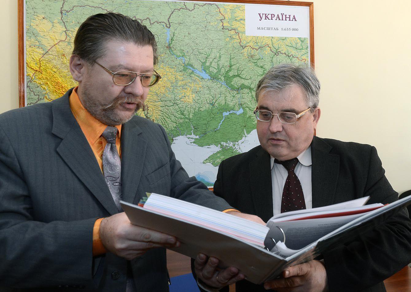 Є. Бережний та М. Борисюк під час підготовки до засідання