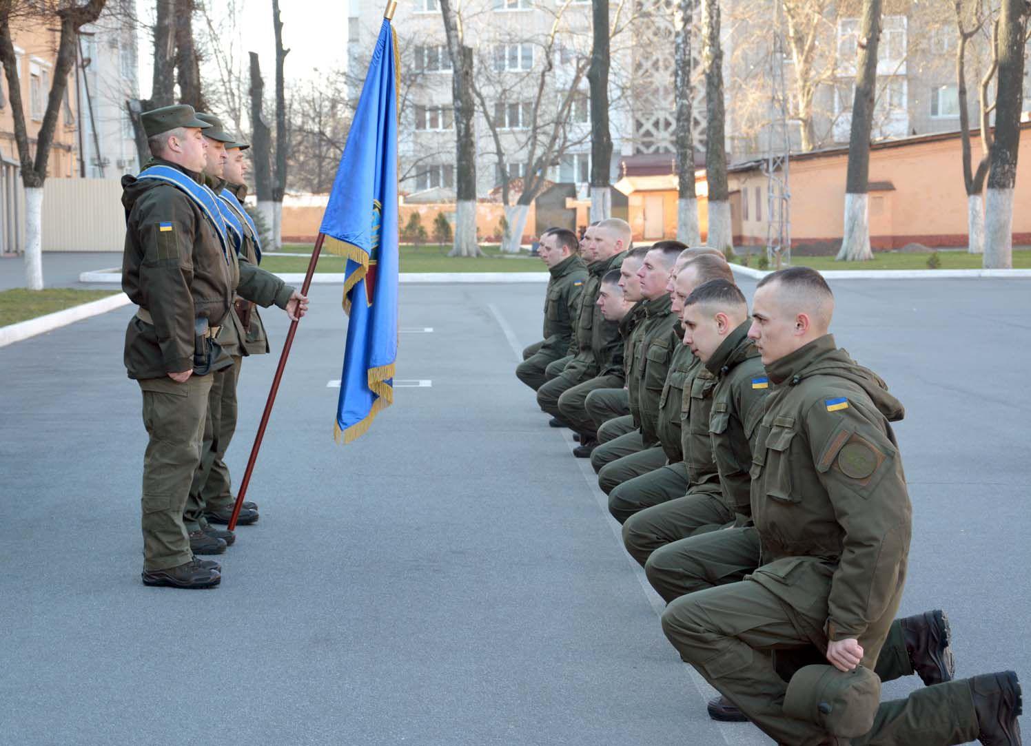 Із прапором прощалися на колінах, із побратимами — потиском рук