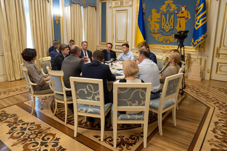 Volodymyr Zelensky acordó con los líderes de facciones la disolución del parlamento