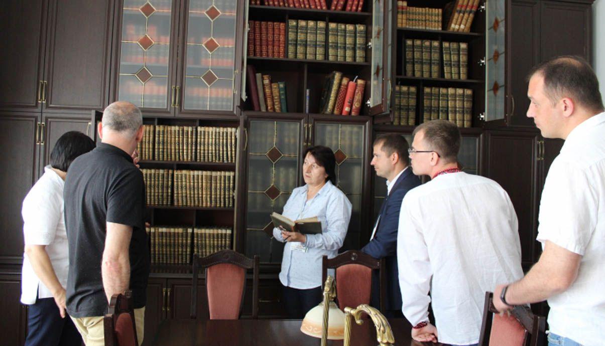 Депутатам Вінницької облради показали каретну бібліотеку