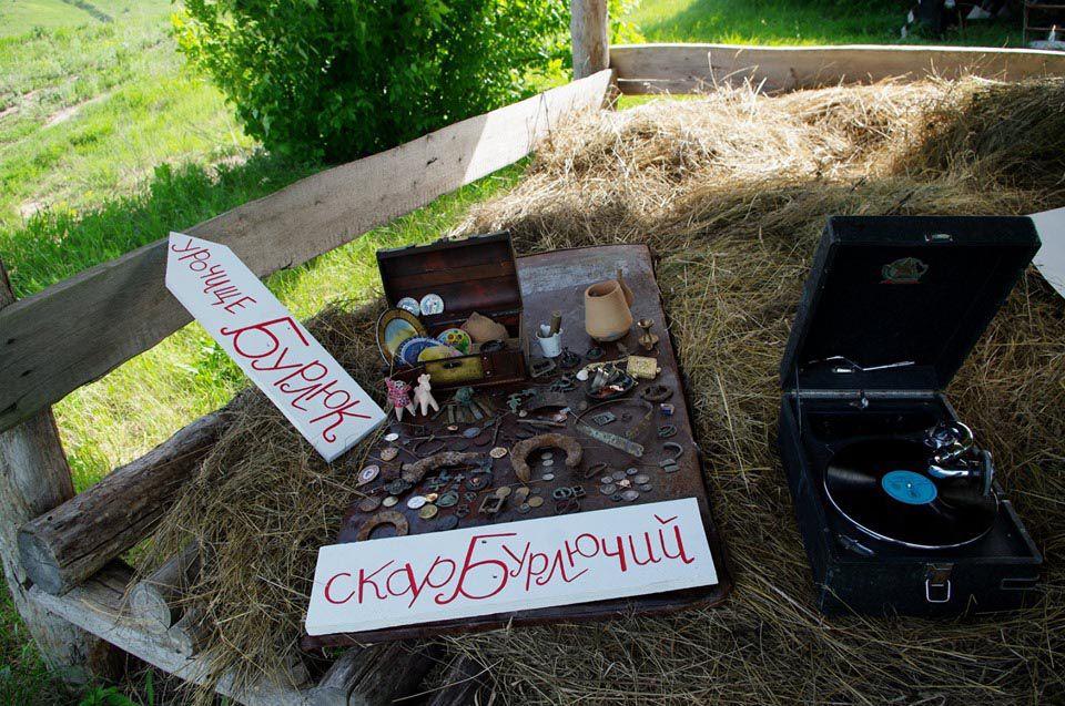 На Сумщині для нащадків закопали справжній скарб