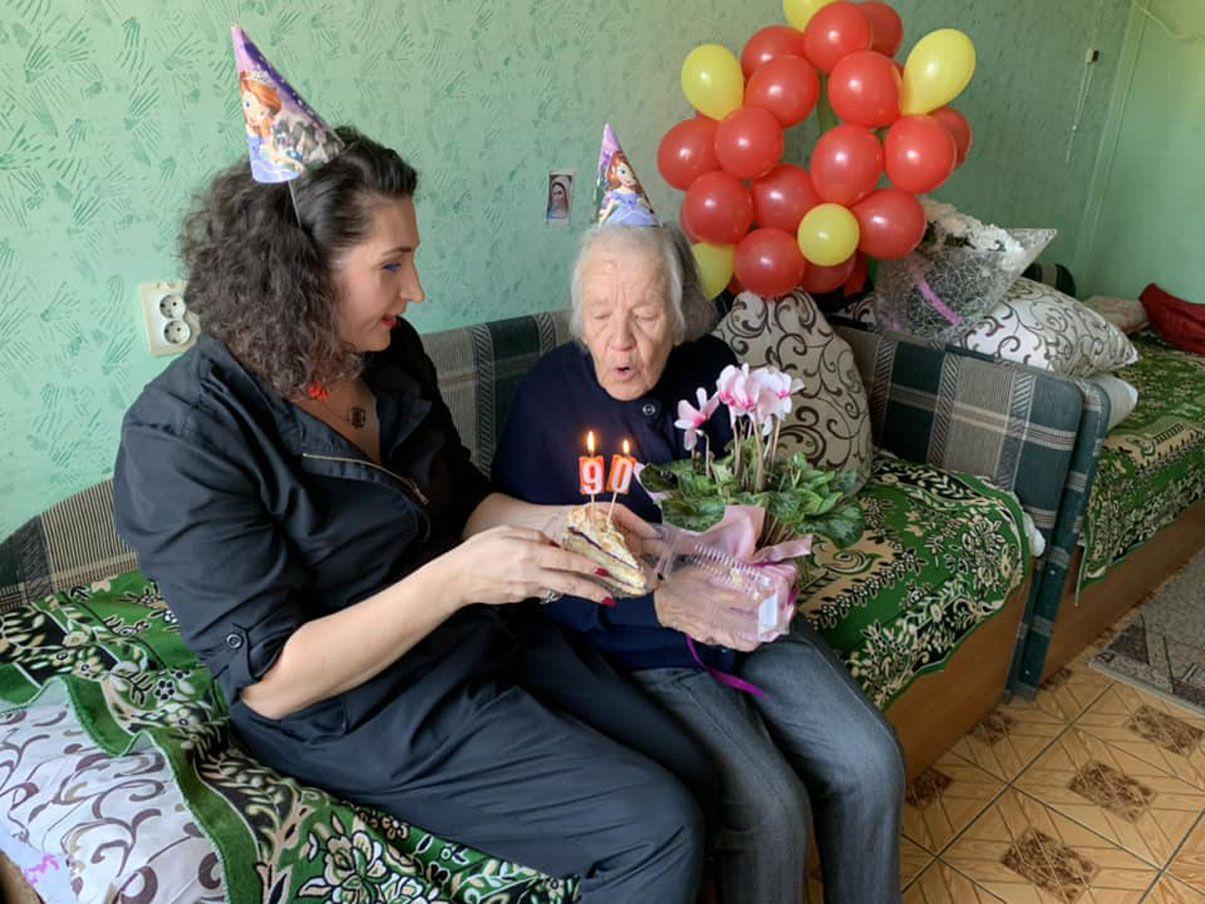 «Онуки напрокат» провідують названих бабусь і дідусів
