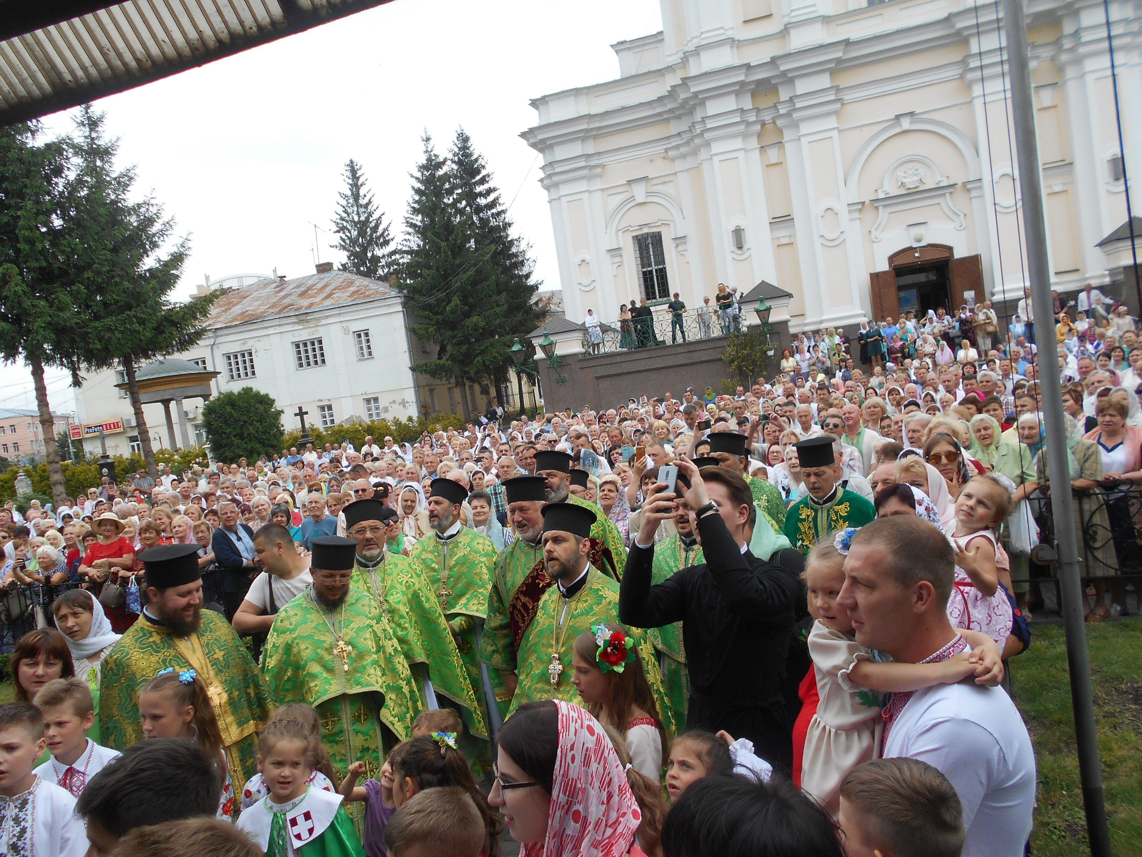 Просторий собор не зміг умістити всіх охочих