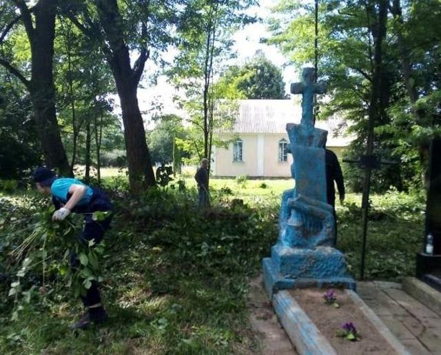 Польські волонтери на Хмельниччині впорядковують могили предків