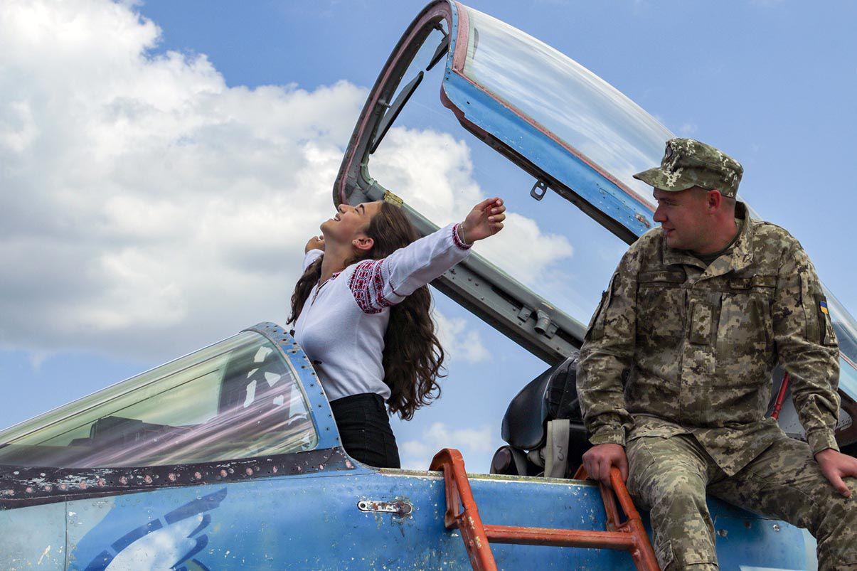 Дітям військових льотчиків подарували вишиванки