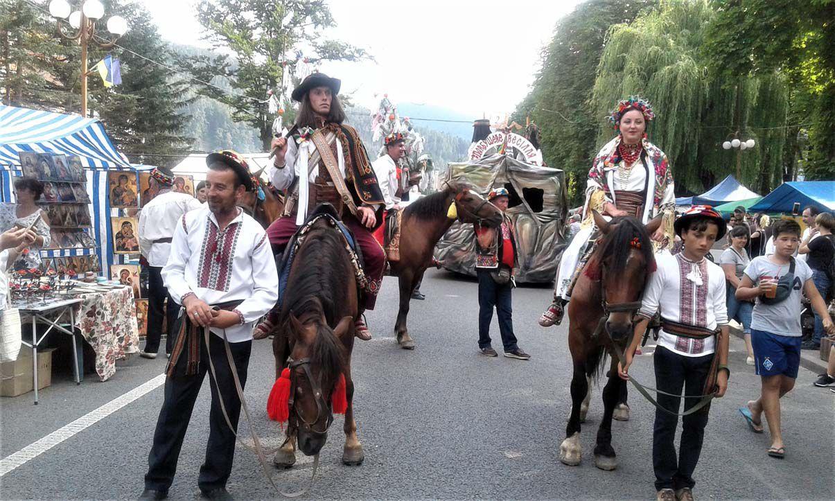 На гуцульский карнавал приезжали на лошадях, вертолетах, внедорожниках