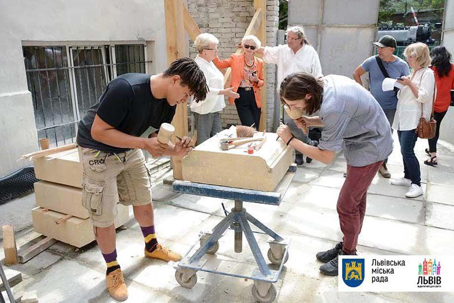 Во Львове стартовал международный проект каменщиков