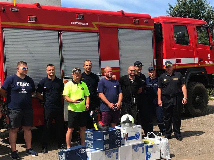 Чеські пожежники подарували закарпатським рятувальникам сучасне спорядження і спецвзуття
