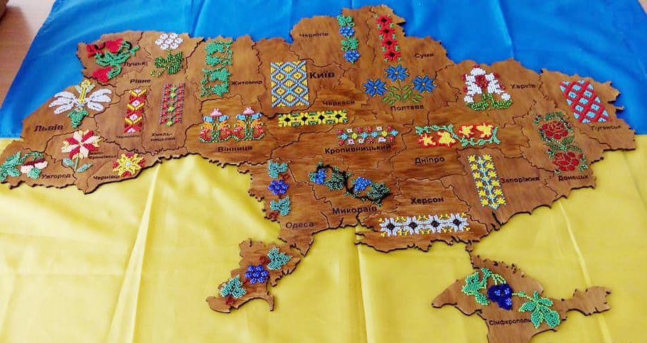 Бісер на дерев'яній мапі