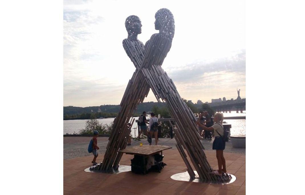 Скульптуру «Єднання» відкриють на набережній у Києві