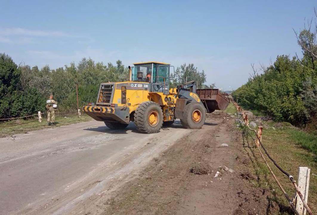 Идет ремонт на мосту через реку Северский Донец