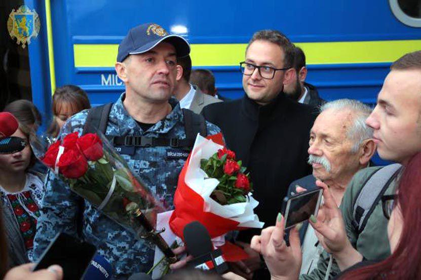 Бранцю Кремля Андрію Оприску подарували вишиванку