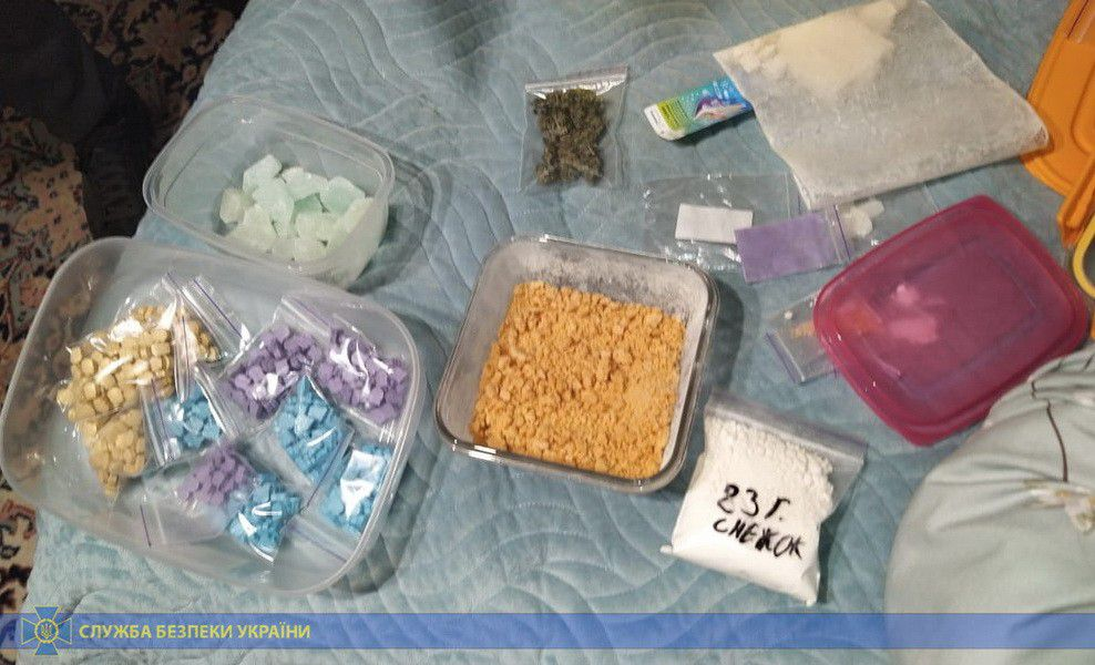 На Хмельниччині наркотики відправляли поштою