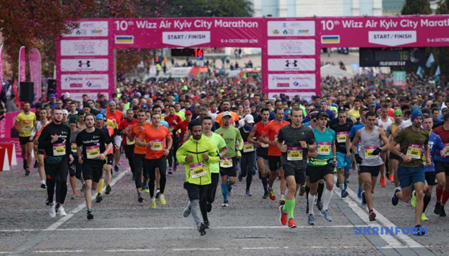 Ювілейний марафон у Києві: екскурсія без екскурсовода, дистанція з трійнею на руках, чотирилапі спортсмени