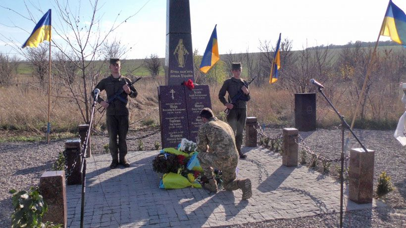 На Донеччині на місці падіння гелікоптера відкрили меморіал