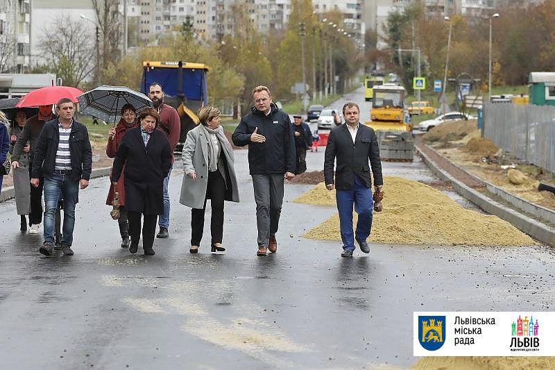 Міжбудинкову дорогу у Львові ремонтують як мокре горить