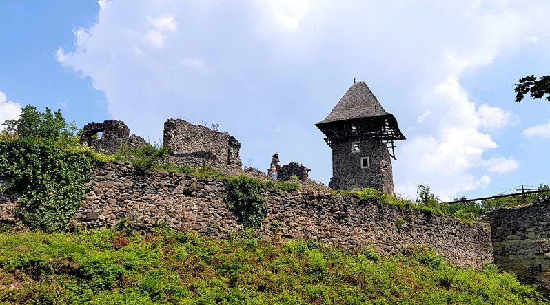 Реставрують легендарний Невицький замок