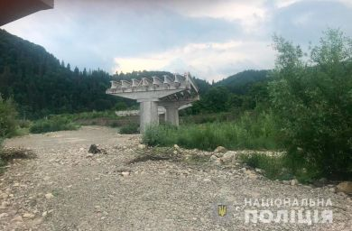 У Путильському районі багатостраждальний міст через Черемош ніяк не спорудять