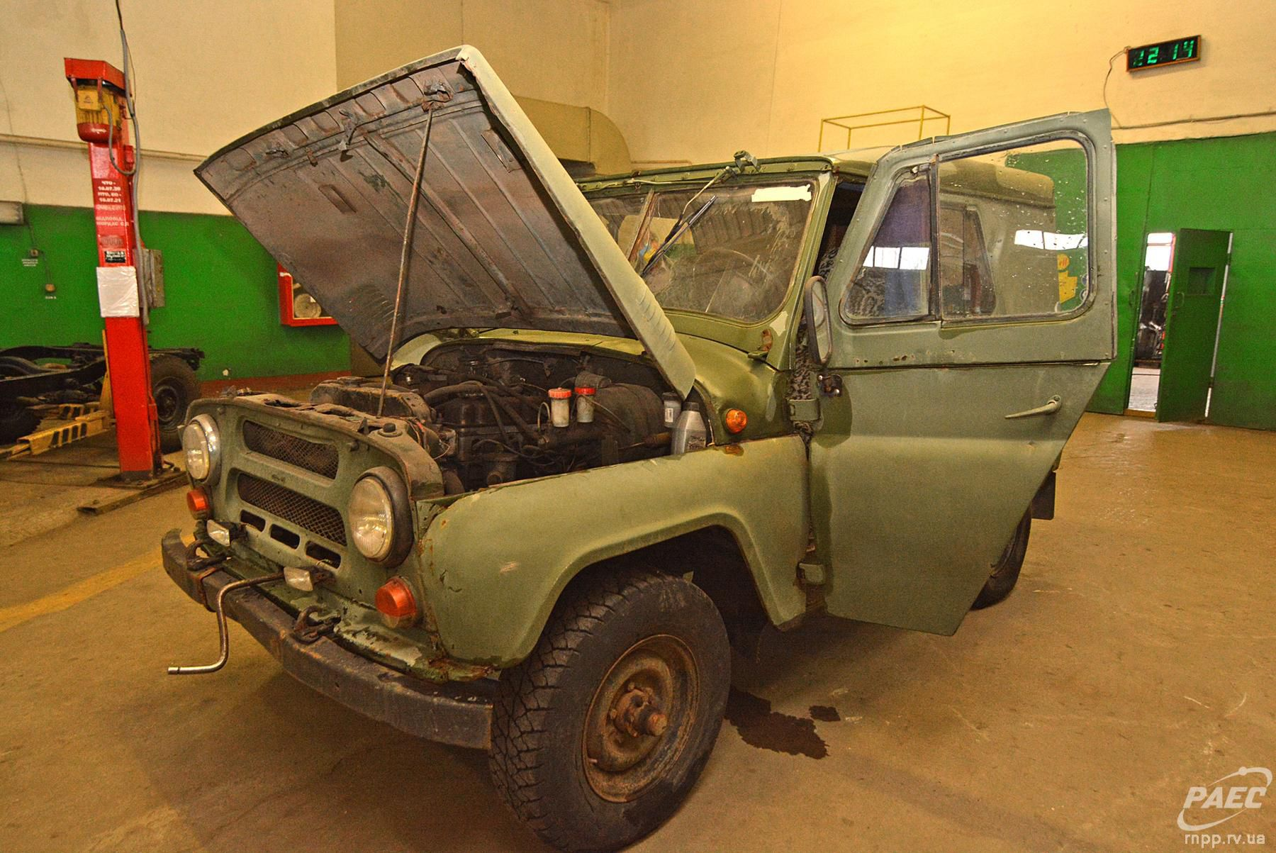 Рівненські атомники ремонтують автівки для захисників
