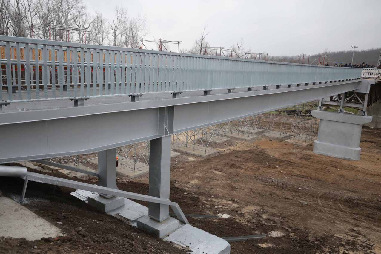 В Станице Луганской мост стал символом единства