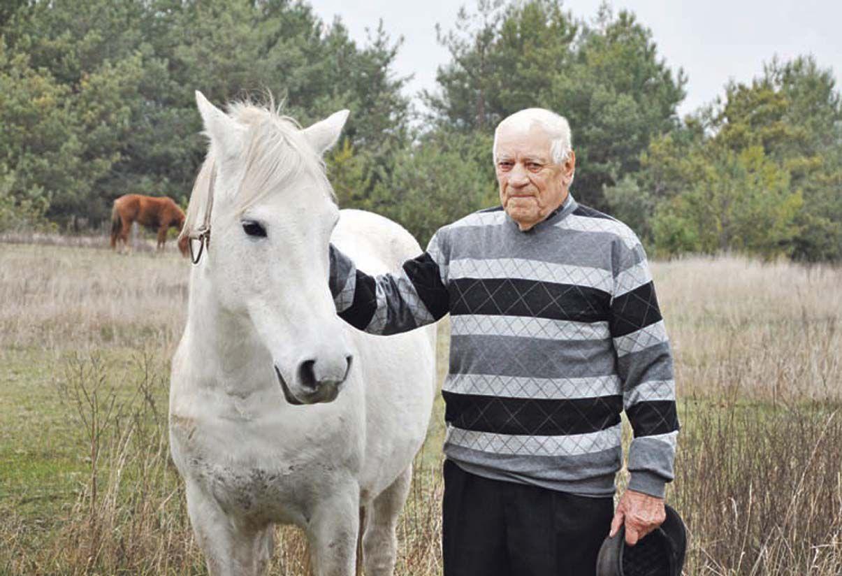 У 90 років ще утримує коней!