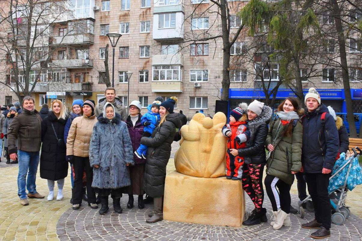 В Чернигове в центре обновленного сквера разместили скульптуру