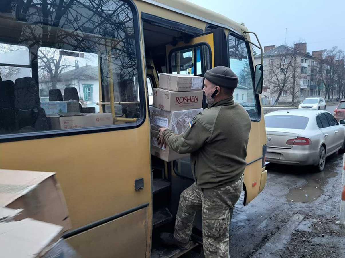 Військові й рятувальники — із подарунками