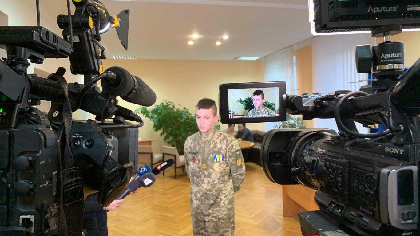 Юному герою —  годинник від голови Дніпропетровської облради