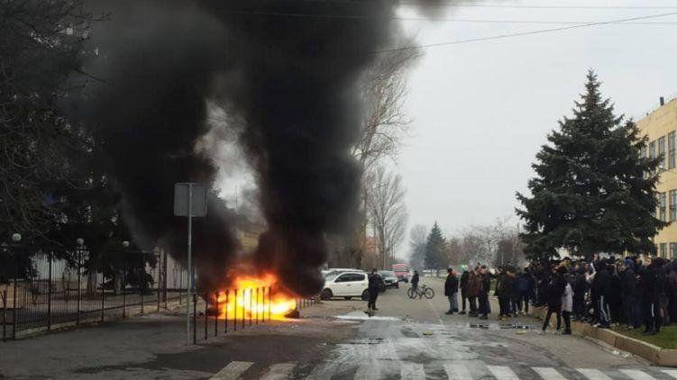У Каховці під офісом поліції палили шини