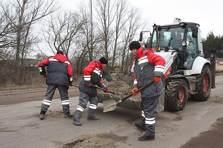 В Луганской области латают трассу, чтобы сохранить до ремонта