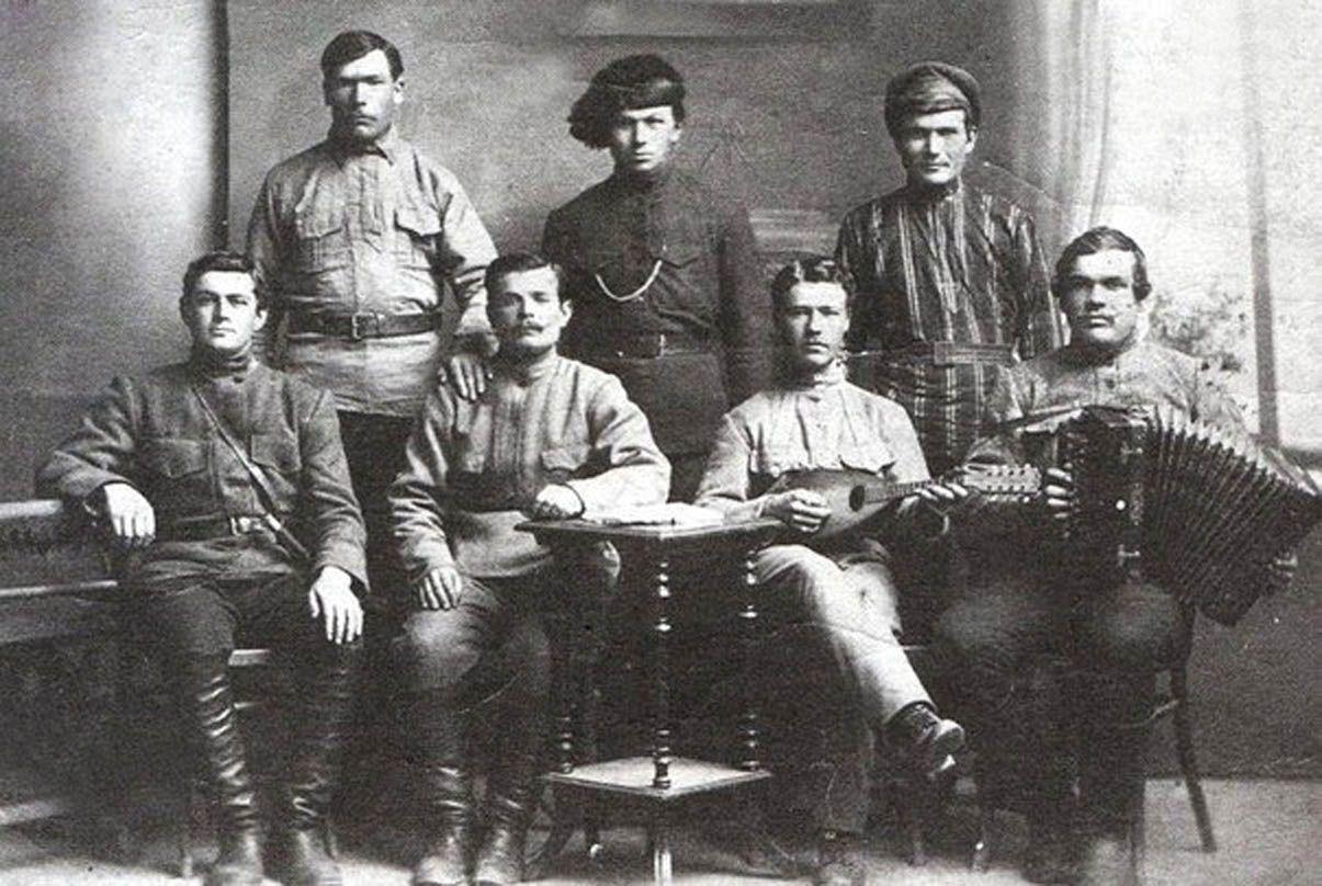 Якщо ліворуч сидить Фурманов, то де Чапаєв із Петькою?..