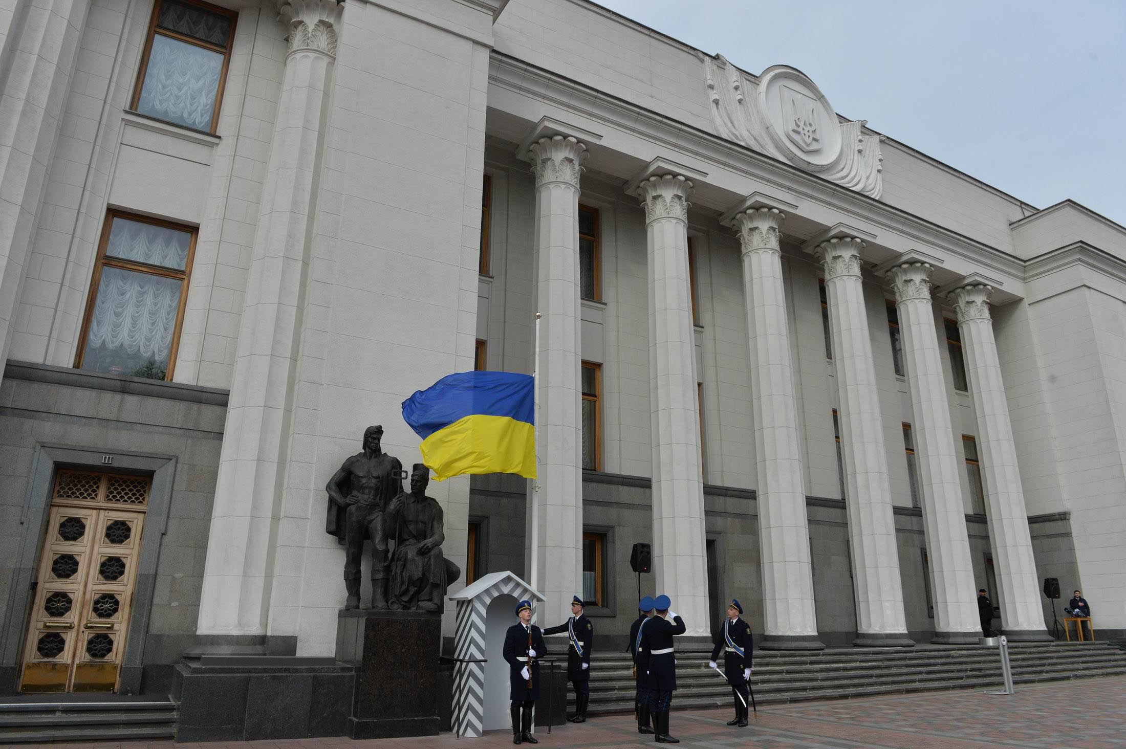 Започатковано нову традицію: Почесна варта — шана Державному прапору і парламенту