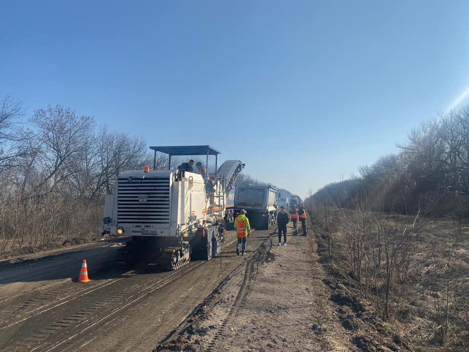 Вантажівки продовжують руйнувати шляхи на Луганщині