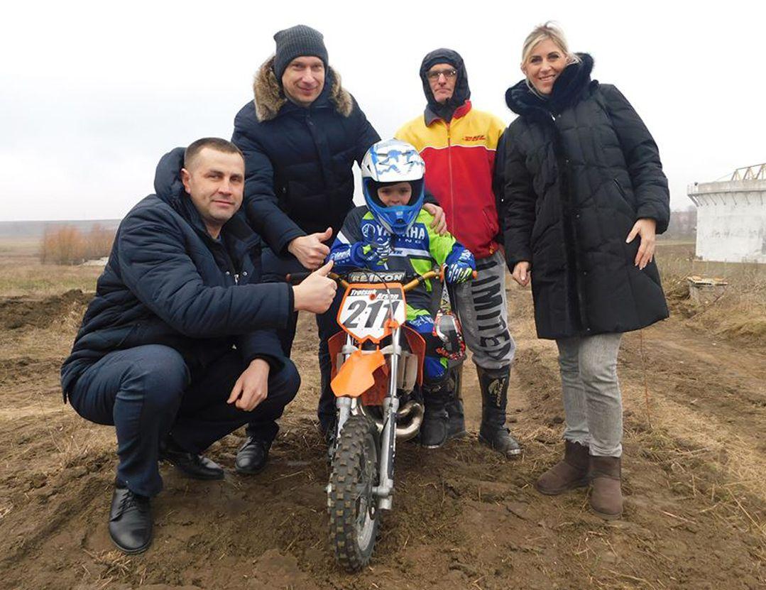У свої шість років має кубки і медалі з мотокросу