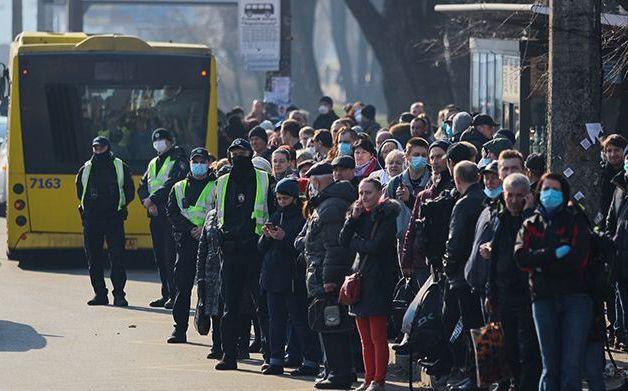 Люди в масках, 20 осіб в один салон і мрії про метро