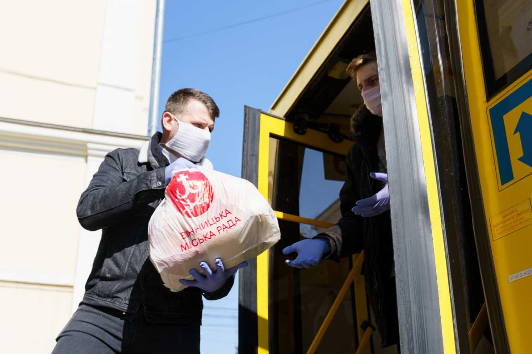 В Виннице одиноким  бесплатно  доставляют  продукты домой