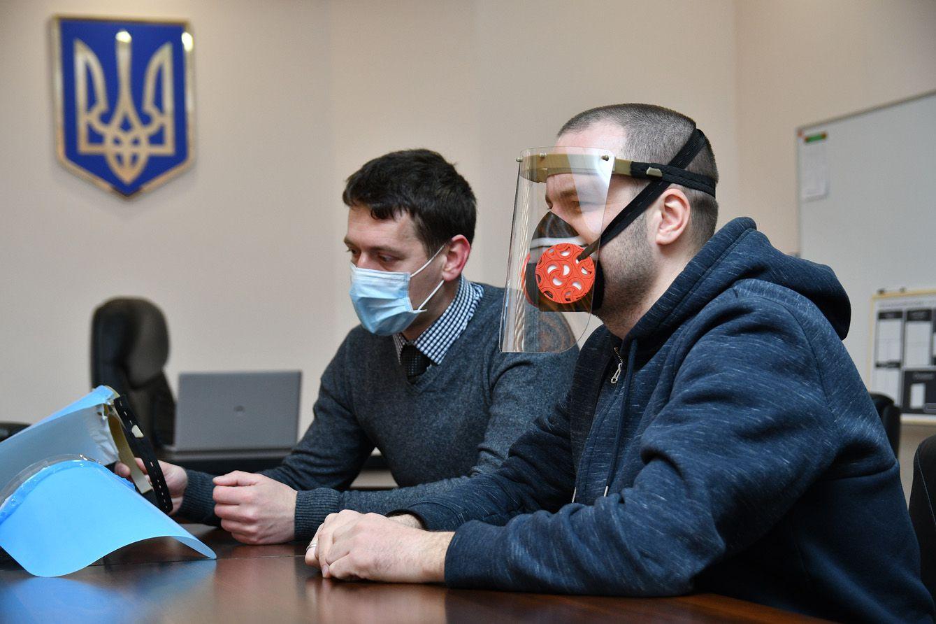 Планують випускати захисні екрани для лікарів