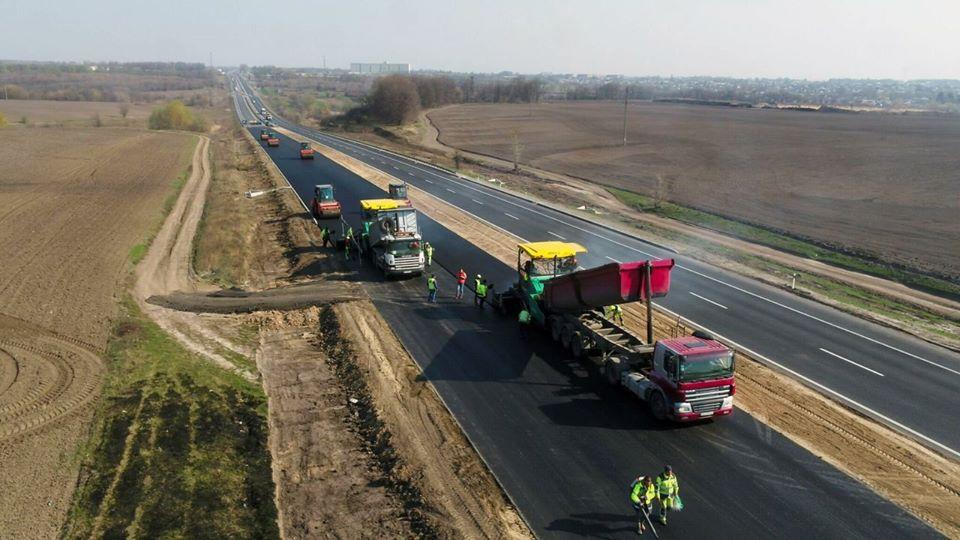 На Черкащині ремонтують автошляхи в захисних респіраторах
