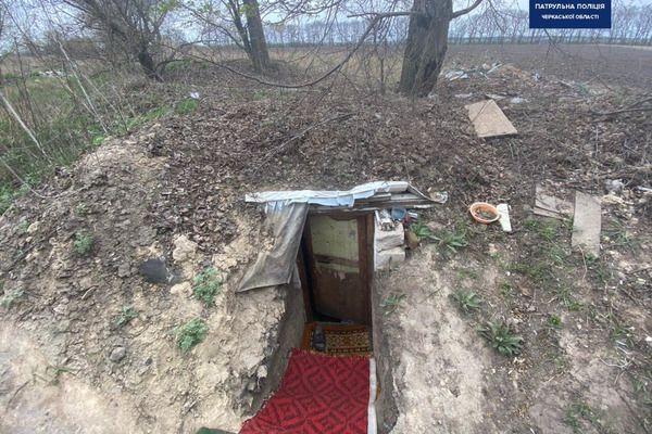 Зниклого два роки тому чоловіка знайшли у землянці на околиці Черкас