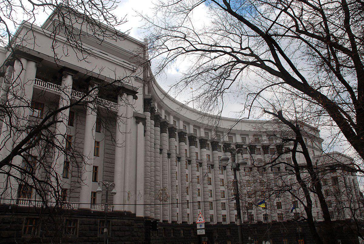 Уряд звільнив керівників митної та податкової служб, але питання залишаються