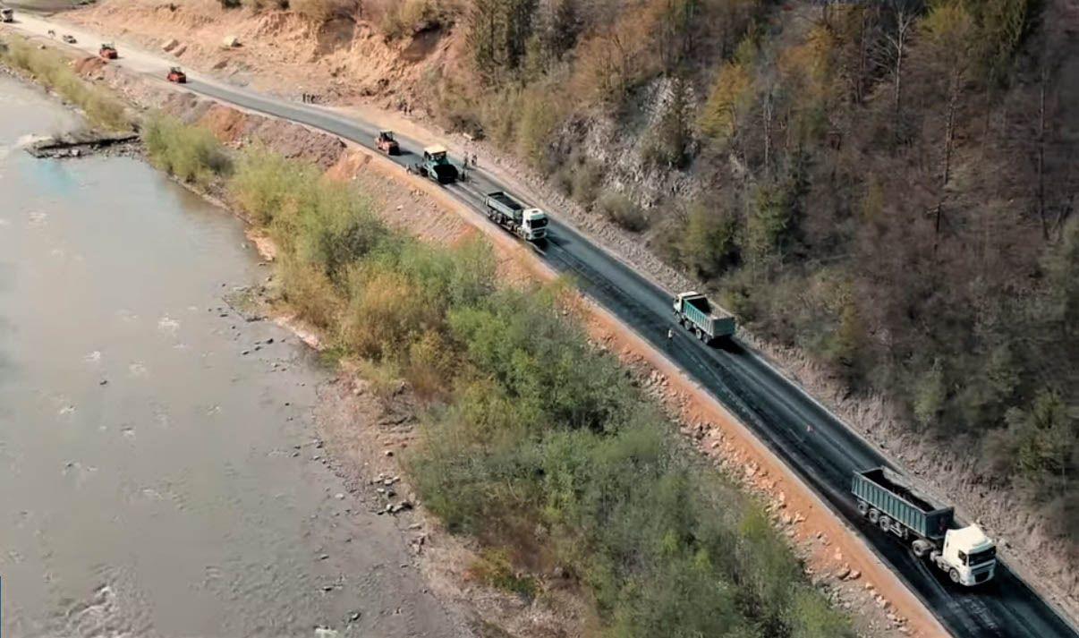 Для розширення автошляху Криворівня — Чернівці  довелося перенести високовольтну лінію