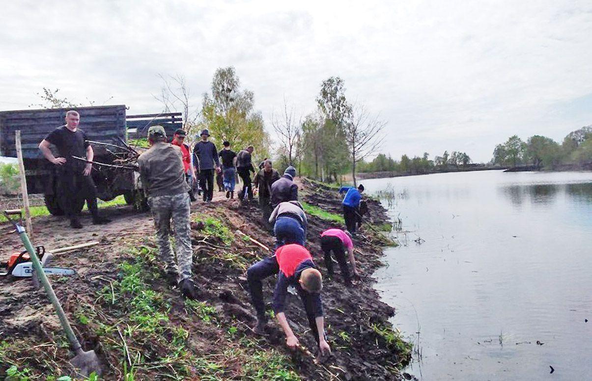 Морочненська громада гуртується на добрі справи:  цього разу очистила ставок