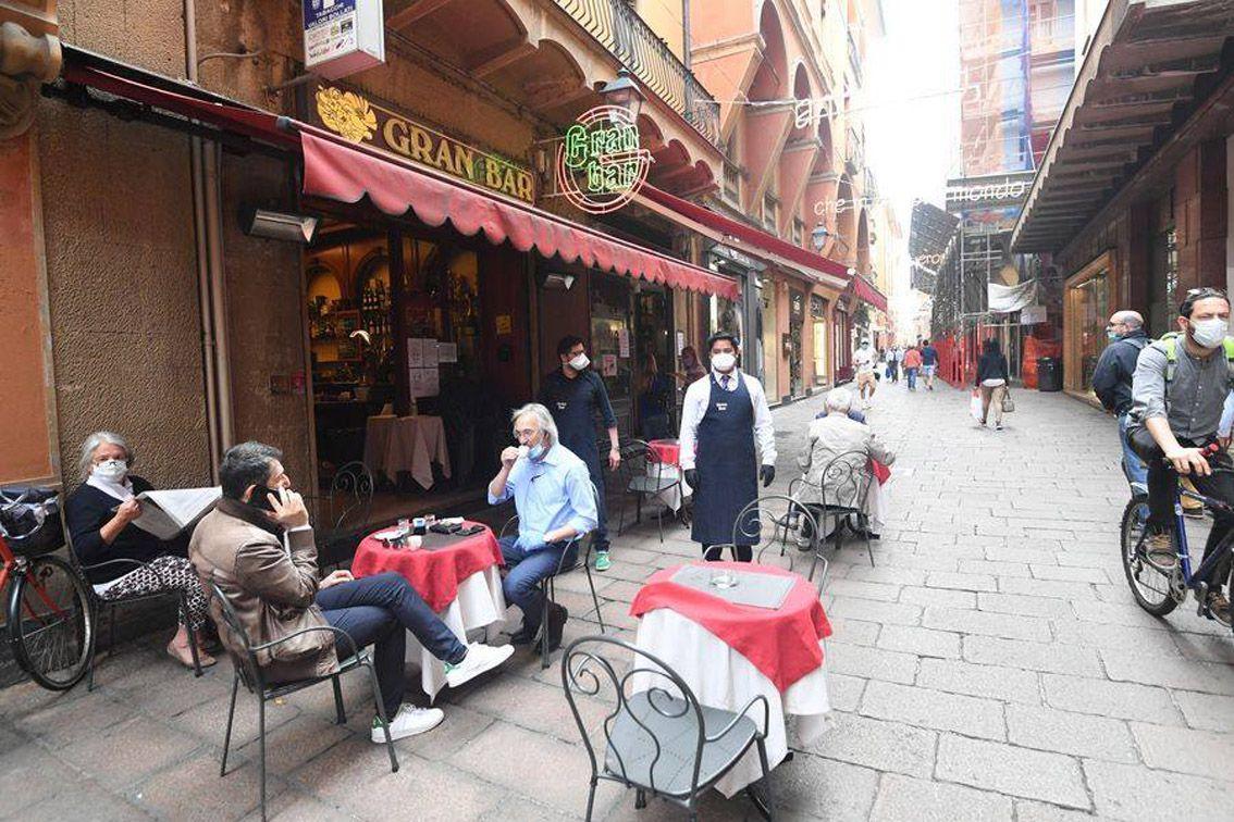 В Італії з обмеженнями дозволили відкрити вуличні кав'ярні