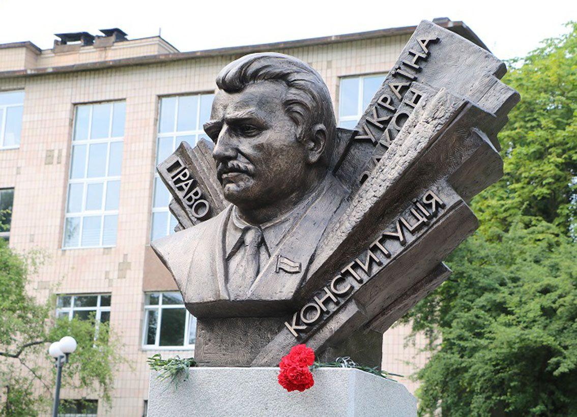 Квіти до погруддя Михайла Сироти