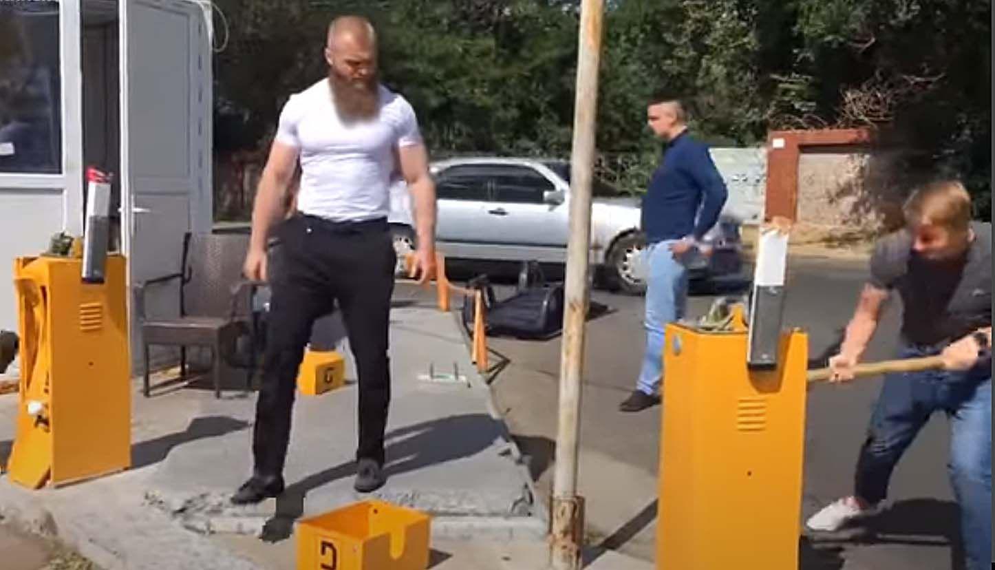 Одесские активисты направились на пляж с... кувалдой