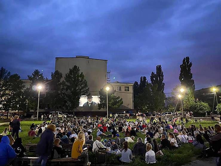 У Новограді-Волинському кінотеатр розмістився на галявині
