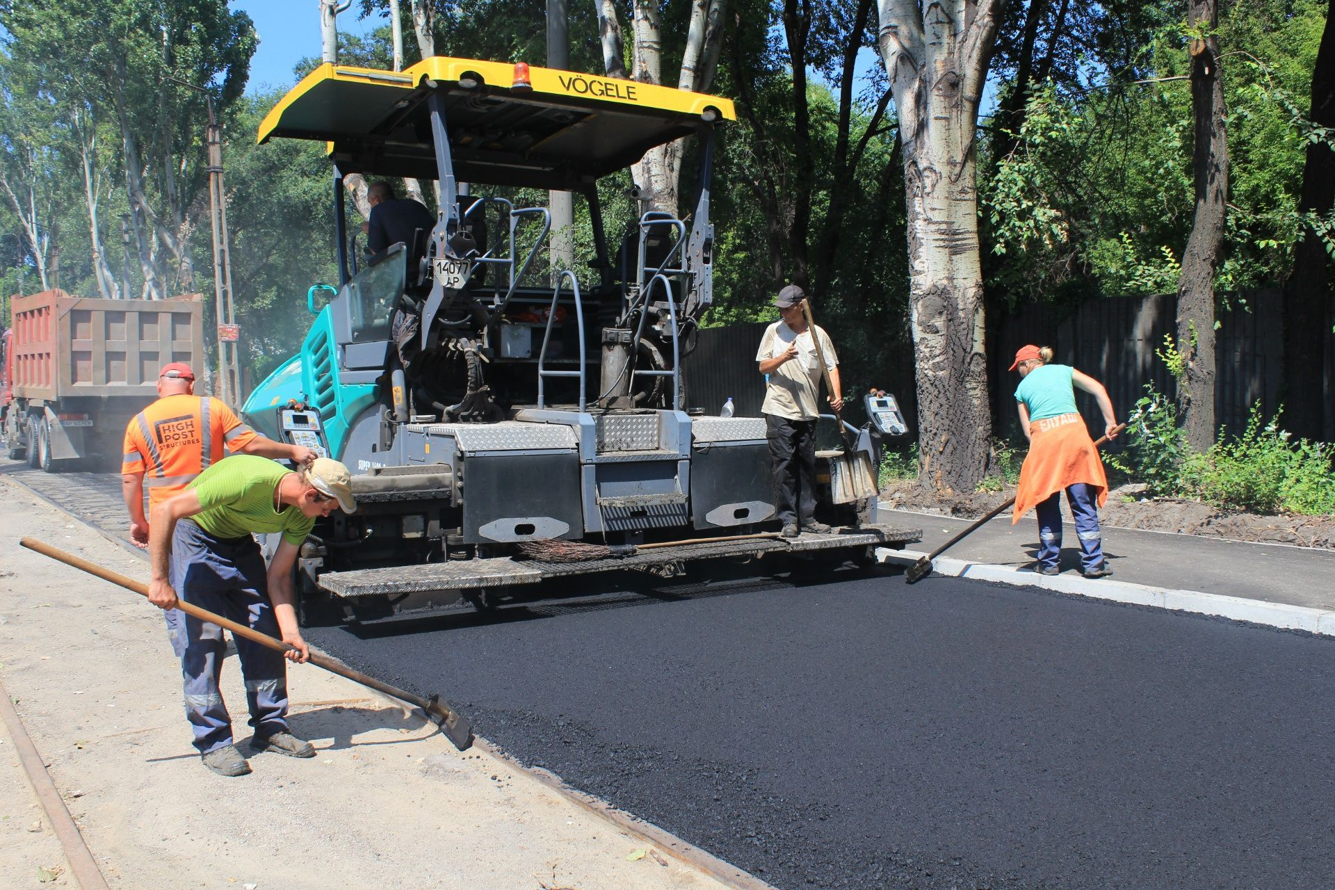 В Запорожье восстанавливают дорогу и тротуары