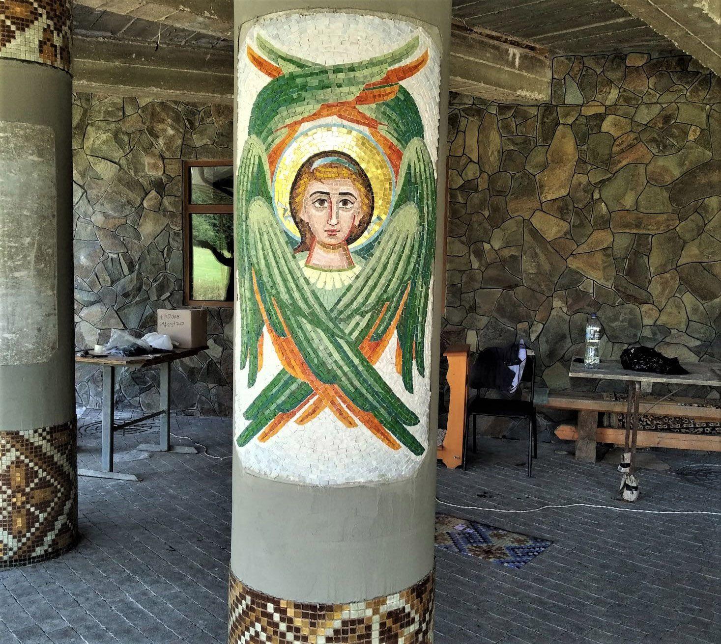 Колони у монастирі оздоблюють мозаїкою